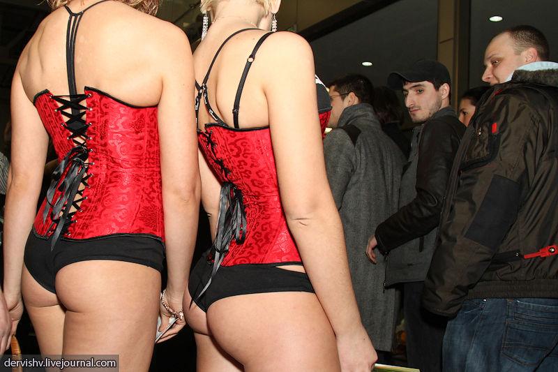 File:Woman's buttocks, 2011.jpg