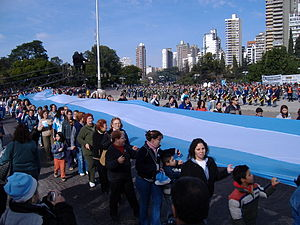 Flag Day (Argentina) - Citizens carrying a long Argentine flag in Rosario during Flag Day 2006