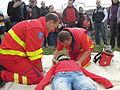 ZZS MSK, záchranáři, zajištění krční páteře a transport na scoop rámu (01).jpg