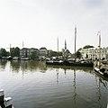 Zicht op haven met omliggende historische gebouwen en boten - Gouda - 20387434 - RCE.jpg