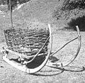 """""""Seni trentarske"""" (sani) s košem za prevoz gnoja na leke, Trenta 1952 (cropped).jpg"""