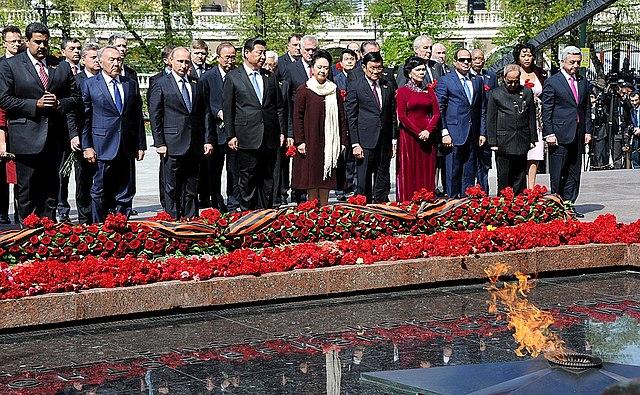 Президент Венесуэлы Николас Мадурона возложении венка к Могиле Неизвестного Солдата. Москва, 9 мая 2015 года