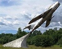 Самолет МИГ-17, установленный в честь военных летчиков.jpg