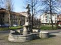 012 Fuente de Verano, Parque del Muelle (Avilés), al fons el palau de Camposagrado.jpg
