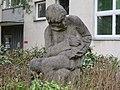 1210 Berlagasse 1 - Natursteinplastik Schreibender Bub von Margarete Hanusch 1965 IMG 1381.jpg