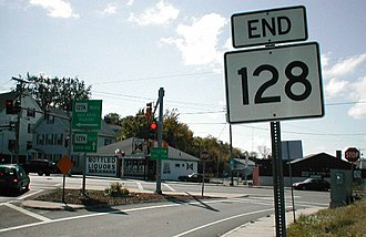 "Massachusetts Route 128 - The north end of Route 128 is at Route 127A in Gloucester. The sign pointing Route 127A south straight is incorrect; it is actually to the right, where the sign points ""ALT 127""."