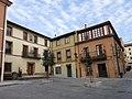 131 Plazoleta de la Colegiata (Cimavilla, Gijón), a l'esquerra la Casa de los Nava.jpg