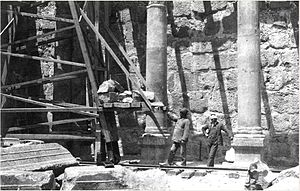 Carl Watzinger - 1905 - H. Kohl and C. Watzinger working in the synagogue in Capernaum