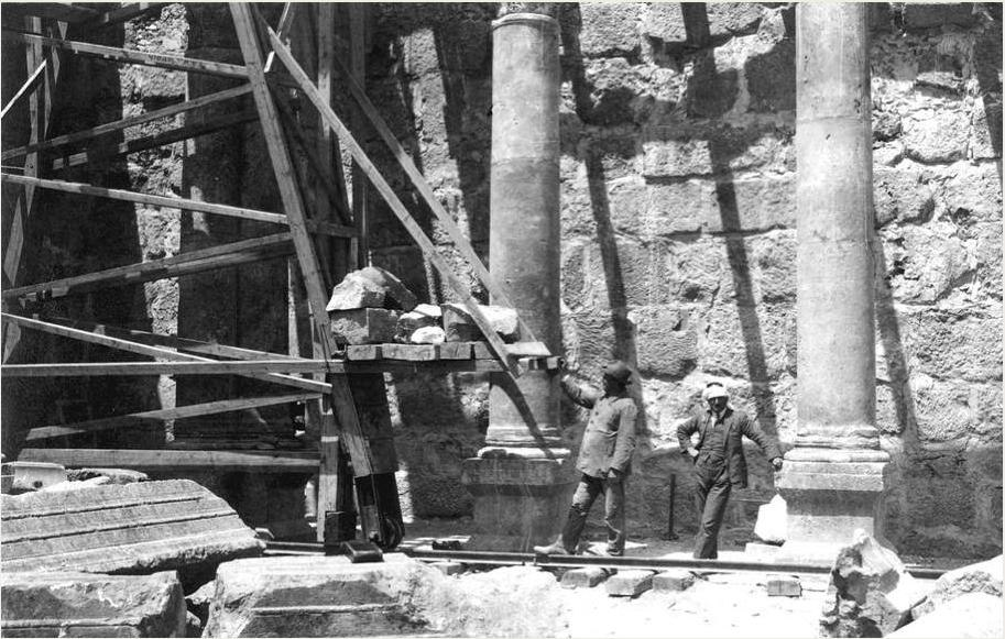 1905 - Heinrich Kohl and Carl Watzinger working in the synagogue in Capernaum