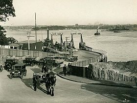 Photograph of the Jeffrey Street ferry terminal with cars and horse-drawn carriages