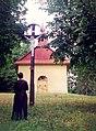 1996 august Kaplnka na Haju Jarabina o. Gorazd Andrej Timkovic, OSBM, pod krizom na mieste starodavneho bazilianskeho monastyra.jpg