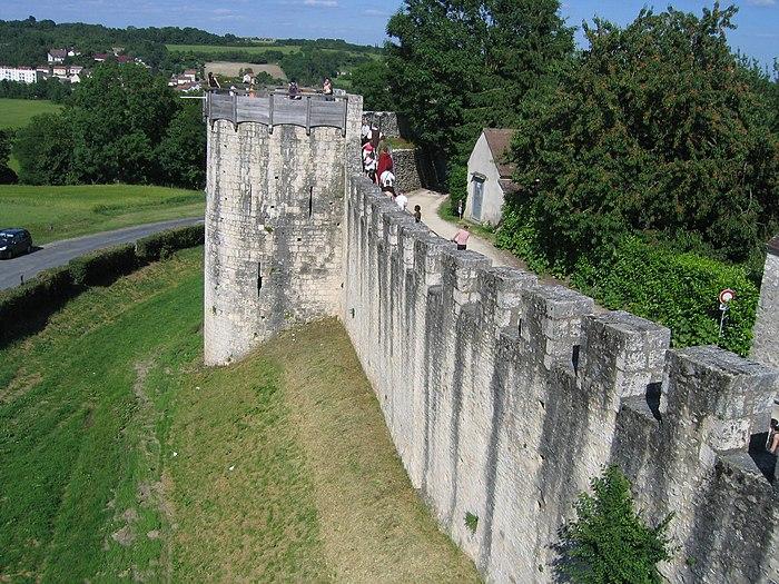 Remparts de la ville haute monument historique provins for Piscine des remparts