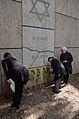2013-09-15 Gedenktafel Neue Synagoge Hannover (16) Kulturdezernentin Marlis Drevermann, Holocausüberlebende Ruth Gröne und Henry Kormann.JPG