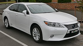 2013 Lexus ES 300h (AVV60R) Sports Luxury sedan (2015-12-07) 01.jpg