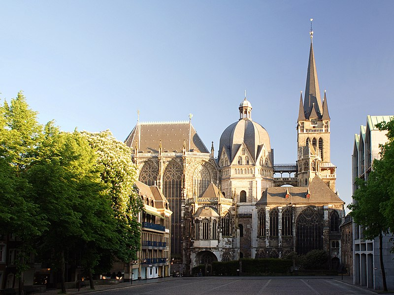 http://upload.wikimedia.org/wikipedia/commons/thumb/6/69/Aachen_Cathedral_North_View_at_Evening.jpg/800px-Aachen_Cathedral_North_View_at_Evening.jpg