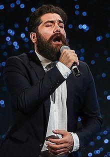 علی زندوکیلی بر روی جلد آلبوم در میان تاریکی