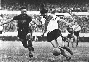 Superclásico - Angel Labruna dribbling in a 1950 match.