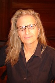 https://upload.wikimedia.org/wikipedia/commons/thumb/6/69/Annie_Leibovitz_%282006%29.jpg/180px-Annie_Leibovitz_%282006%29.jpg