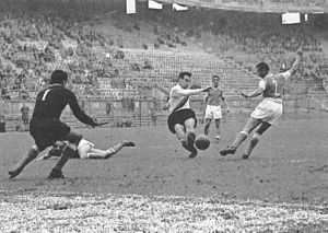 Antonio Valentín Angelillo - Angelillo (centre) in action with Inter Milan at San Siro at the turn of the 1950s and 1960s.