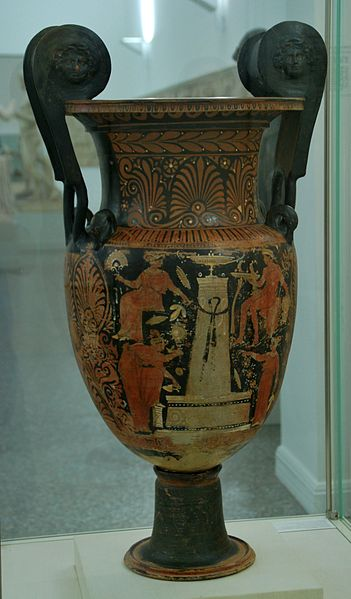 File:Apulian red-figure volute krater by the White Sakkos painter Antikensammlung Kiel B 585 (2).jpg
