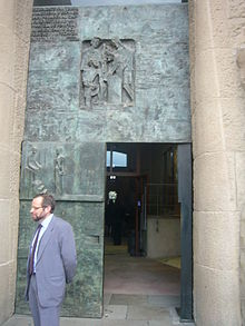 Architect Jordi Faulí i Oller in front of the Passion Facade.JPG