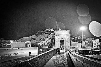 Arco di Traiano e Cattedrale di San Ciriaco sullo sfondo.jpg