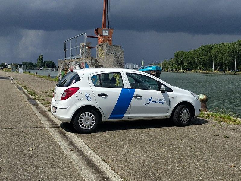 Een auto van De Vlaamse Waterweg (een agentschap van de Vlaamse overheid) op de Vaartdijk in Kapelle-op-den-Bos aan het zeekanaal Brussel-Schelde.