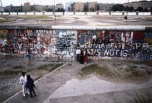 Berlin Wall graffiti art - Image: BERLINWALL1986Photob y Nancy Wong