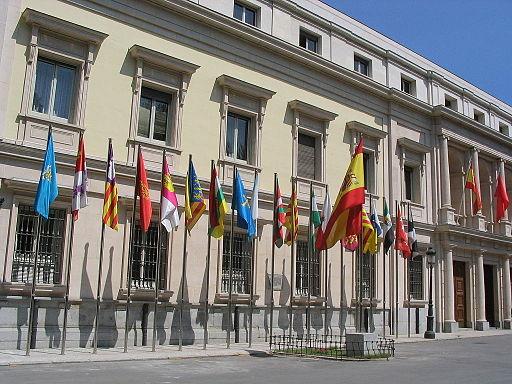 Banderas de las comunidades autónomas de España frente al Senado, Madrid