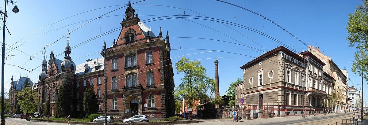 Polski: Fragment ul. Dworcowej: z lewej budynek byłej Dyrekcji Kolei Wschodniej (1889), z prawej Archiwum Państwowe (1871)