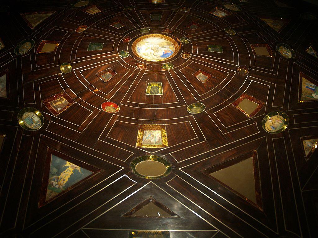 Mesa Decorada Con Candelabros De Bronce