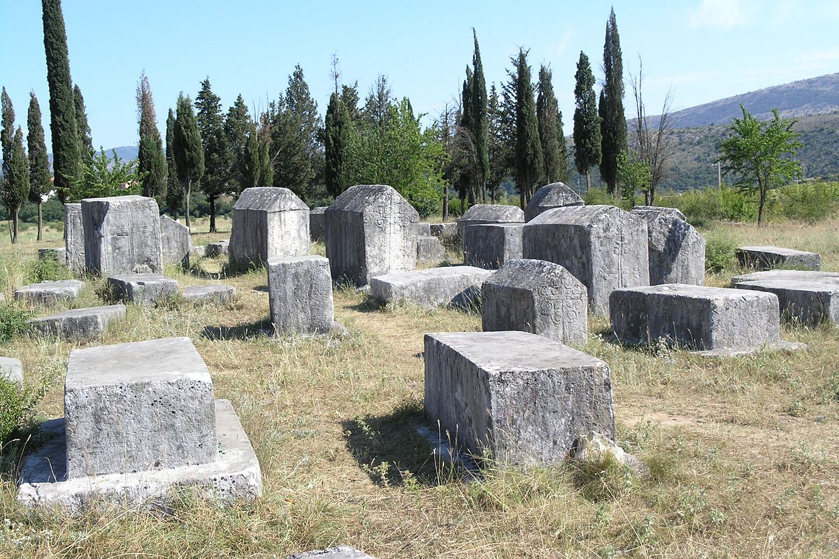 https://upload.wikimedia.org/wikipedia/commons/thumb/6/69/BiH%2C_Radimlja_necropolis_5.jpg/1200px-BiH%2C_Radimlja_necropolis_5.jpg