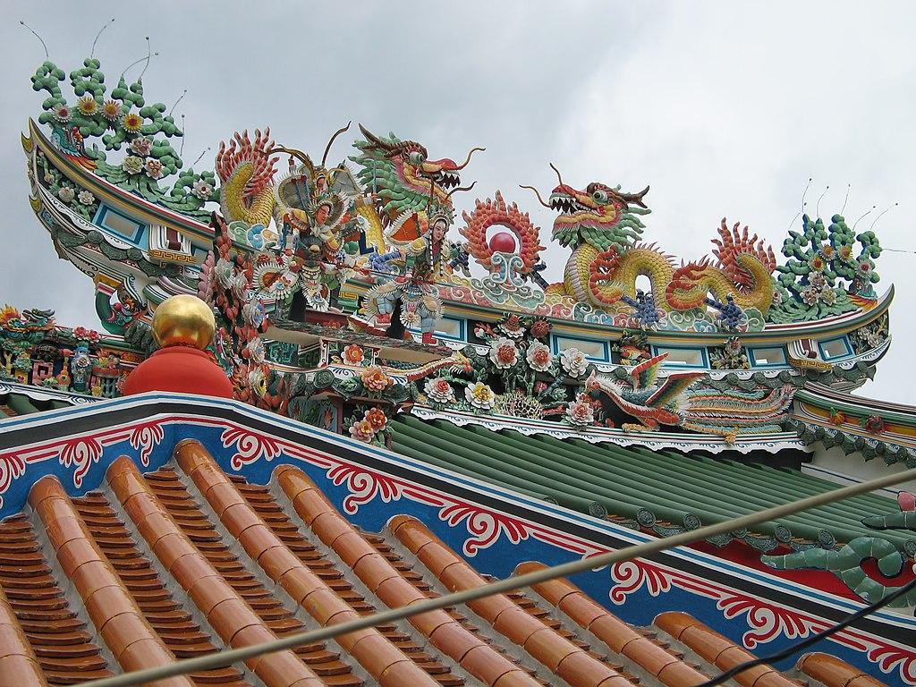 Toit en céramique du San Chao Pho Suea (Sanctuaire du dieu tigre) dans la Vieille ville de Bangkok - Photo de Hdamm