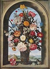 Vase de fleurs dans une fenêtre