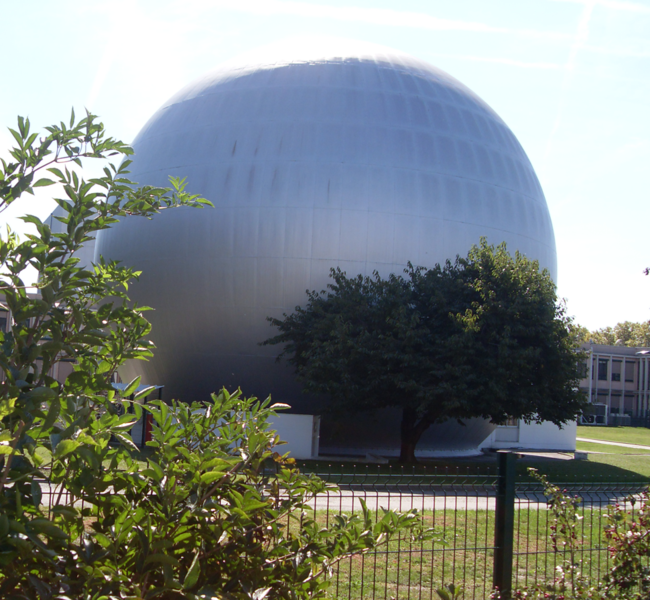 Cette photographie représente le bâtiment qui a hébergé le microscope électronique de Toulouse à la fin des années 1950. Il a été inauguré en présence du général de Gaulle le 14 février 1959. Il fait partie du patrimoine scientifique de Toulouse et est connu, en raison de sa forme sphérique, sous le nom de boule Rangueil.