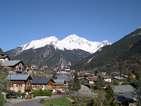 Chef-lieu de Bozel avec le Grand Becen fond de vallée.