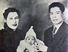 Bruce Lee in una foto del 1940 insieme ai genitori