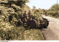 Bundesarchiv Bild 101I-127-0391-21, Im Westen, deutsche Soldaten mit getarnter Pak Recolored.png