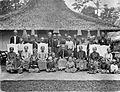 COLLECTIE TROPENMUSEUM Groepsportret van een regentenfamilie uit Java. TMnr 60005484.jpg