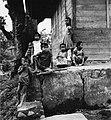 COLLECTIE TROPENMUSEUM Portret van een groep kinderen in kampong Tabek TMnr 20000157.jpg