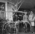 COLLECTIE TROPENMUSEUM Ter gelegenheid van een besnijdenisfeest is de voorgalerij van een huis versierd met figuren van palmblad TMnr 20000174.jpg