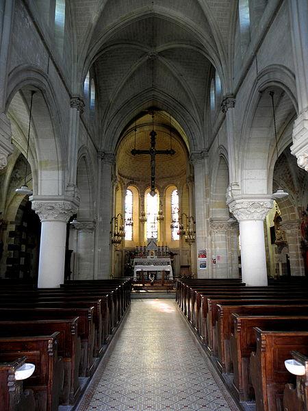 Intérieur de l'église Saint-Jean-Baptiste de Carelles (53). Nef principale.