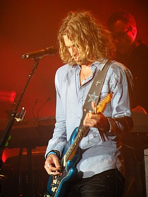 Casey James performing on the American Idol Li...