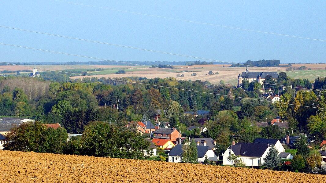 """Chaourse et Montcornet (Aisne, France) -  Les 2 églises fortifiées, la vallée de la Serre. Vue depuis les """"hauteurs"""" de Lislet (village immédiatement au Sud-Est de Montcornet).   Camera location  49°41′03.65″N, 4°01′07.86″E  View this and other nearby images on: OpenStreetMap - Google Earth    49.684346;    4.018850"""