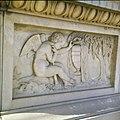 Collectie Nationaal Museum van Wereldculturen TM-20029795 Relief op een grafsteen op de oude Joodse begraafplaats Beth Haim Curacao Boy Lawson (Fotograaf).jpg
