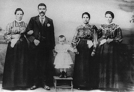 De esq. a dereita, a tía Erundina, o tío Lourenzo, o meniño Antonio Fraguas Fraguas, súa nai e a tía María. Foto Francisco Zagala, Pontevedra