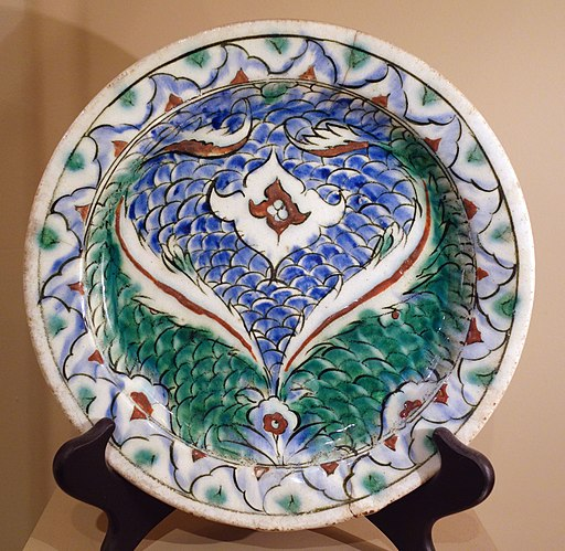 Dish with a spray of two saz leaves and scale pattern, Turkey, Iznik, 17th century AD, composite body, underglaze-painted - Huntington Museum of Art - DSC05018