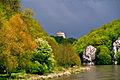 Donaudurchbruch zwischen Kloster Weltenburg und Kelheim --- Oben die Befreiungshalle bei Kelheim, links der Donauwanderweg (7765216784).jpg