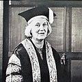 Dorothy Hodgkin im Talar.jpg