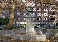 Dreimädel-Brunnen von Leon Lauffs, Reeser Platz, Düsseldorf, 2019.jpg